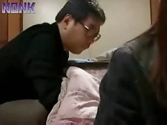 Tio se lo hace ha la sobrina enfrente de la mama japones