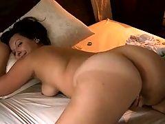 Une femme se masturbe s'imaginant prise sur le ventre